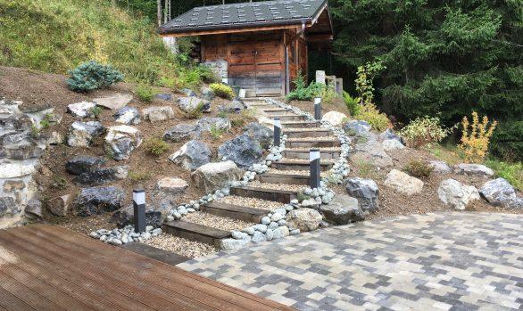 Aménagement paysager, escalier et rocaille.